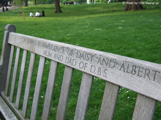 기부한 사람들의 메시지를 담아 공공장소에 설치한 런던의 기부 벤치