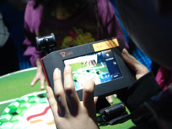 T-Key를 이용해 게임을 체험하고 있는 아이들