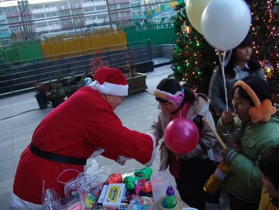아이들에게 선물을 나눠주고 있는 SK텔레콤 자원봉사자