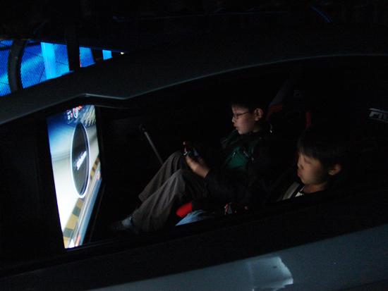 게임을 즐기듯 운전을 체험하고 있는 아이들