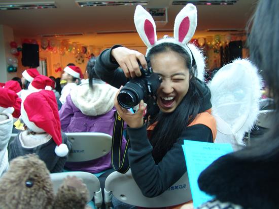 아이들의 모습을 예쁘게 카메라에 담아주고 있는 자원봉사자