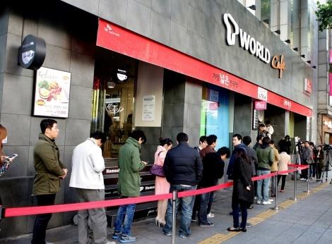 SK텔레콤, iPhone 개통 행사, 종각 'T월드카페', 애플 iPhone 5s 및 5c 일반 판매